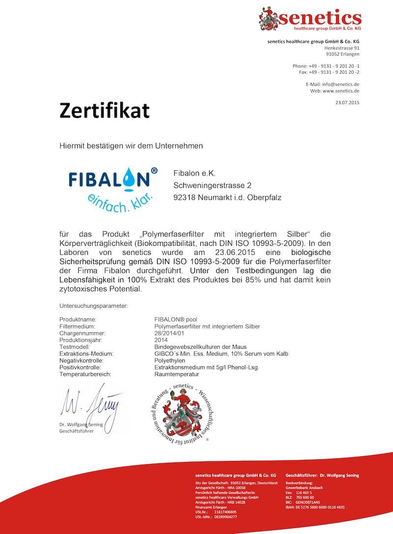 """Zertifikat - Hiermit bestätigen wir dem Unternehmen FIBALON GmbH für das Produkt """"Polymerfaserfilter mit integriertem Silber"""" die Körperverträglichkeit (Biokompatibilität, nach DIN ISO 10993-5-2009). In den Laboren von senetics wurde am 23.06.2015 eine biologische Sicherheitsprüfung gemäß DIN ISO 10993-5-2009 für die Polymerfaserfilter der Firma FIBALON durchgeführt. Unter den Testbedingungen lag die Lebensfähigkeit in 100% Extrakt des Produktes bei 85% und hat damit kein zytotoxisches Potential."""
