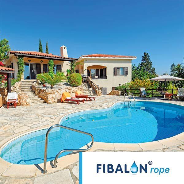 FIBALON rope - Outdoorpool vor einem Ferienhaus