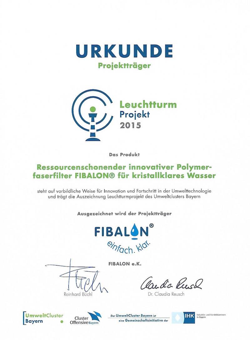 Urkunde Projektträger Leuchtturmprojekt 2015 - Das Produkt Ressourcenschonender innovativer Polymerfaserfilter FIBALON für kristallklares Wasser steht auf vorbildliche Weise für Innovation und Fortschritt in der Umwelttechnologie und trägt die Auszeichnung Leuchtturmprojekt des Umweltclusters Bayern. - Ausgezeichnet wird der Projektträger FIBALON.