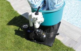 FIBALON system: Filterkessel und Pumpe, auf einer festen Bodenplatte, werden perfekt ergänzt durch unser FIBALON Filtermaterial